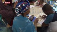 Des parents d'élèves étrangers apprennent le français à l'école