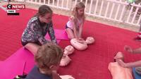 Paris : des bénévoles de la croix rouges enseignent les gestes de premiers secours