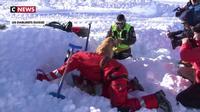 Avalanches : les sauveteurs et leurs chiens s'entraînent pour éviter le pire