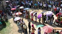 Des électeurs indiens faisant la queue pour voter dans un bureau de vote à Guwahati, dans l'Etat d'Assam, dans le nord-est du pays, lors des dernières élections en 2014.