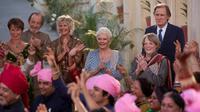 """Judi Dench (au centre) entourée de la pimpante équipe d'acteurs du film """"Indian Palace - Suite française"""" de John Madden."""