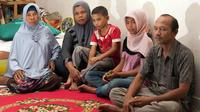 Raudhatul Jannah (deuxième en partant de la gauche) entourée de sa famille après leur réunification, le 7 août 2014.