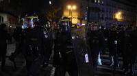 Le journaliste a été interpellé vendredi soir à l'issue de la représentation, brièvement perturbée par une tentative d'intrusion de manifestants dans le théâtre où se trouvait le président Macron.