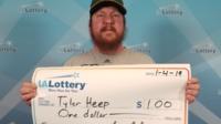 Tyler Heel a reçu un vrai chèque de cérémonie après avoir gagné seulement un dollar au loto.