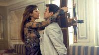 """James Bond aimerait-il plus l'alcool que les femmes ? / Sophie Marceau et Pierce Brosnan dans """"Le monde ne suffit pas"""" (1999) (illustration)"""