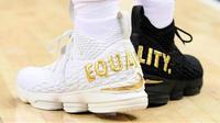 La star de Cleveland a évolué avec une chaussure blanche et une autre noire.