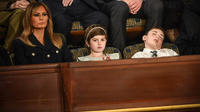 Joshua Trump (à droite), profondément endormi lors du discours de Donald Trump.