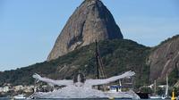 Le street-artiste français JR a installé une nageuse géante dans la baie de Guanabara, à Rio.