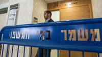 Un officier monte la garde devant une cour de justice israélienne.