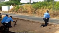 Les forces de l'ordre se tiennent près du campus attaqué par un commando islamiste.