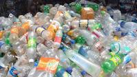 Des habitants de l'archipel récupèrent quotidiennement des dizaines de bouteilles en plastique pour les recycler (photo d'illustration).