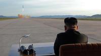 Le leader nord-coréen Kim Jong-un assiste à un tir de missile, le 16 septembre 2017 (illustration).