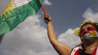 Une irakienne brandit le drapeau kurde, à Erbil, en soutien au référendum d'indépendance.