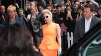 Un fan qui voulait une signature de la diva Lady Gaga a subi les foudres de ses deux gardes du corps.