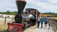 Le train des sables permet de traverser une partie du parc de loisirs.