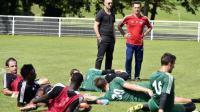 Fabien Barthez (debout, gauche), directeur général de Luzenac, et l'entraîneur Christophe Pelissier (debout, droite), lors d'un entraînement le 8 août à Toulouse.