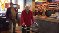 La vieille dame a été très émue par la surprise.