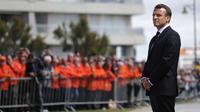 Emmanuel Macron devant plusieurs centaines de personnes rassemblées pour une cérémonie d'hommage devant le prieuré Saint-Nicolas qui surplombe la baie des Sables-d'Olonne, où s'est déroulé le drame.