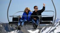 Emmanuel Macron et sa compagne sur le télésiège d'une station de ski, le 12 avril 2017.