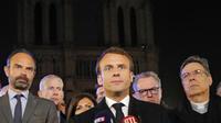Emmanuel Macron, lundi soir, lors de son déplacement à Notre-Dame de Paris.