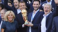 Le président Emmanuel Macron a eu beau s'afficher avec les Bleus, sa popularité a baissé.