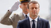 Le président Emmanuel Macron devant la tombe du soldat inconnu, dimanche 14 mai 2017.
