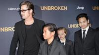 Brad Pitt et ses enfants Pax Jolie-Pitt, Shiloh Jolie-Pitt et Maddox Jolie-Pitt à droite), le 15 décembre 2014 au Dolby Theatre à Hollywood.