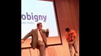 Le maire de Bobigny, Stéphane de Paoli, a surpris les élèves et les internautes en se lançant dans une chorégraphie endiablée.