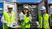 La ministre de l'Énergie, des Sciences, de la Technologie, de l'Environnement et du Changement climatique (MESTECC), Yeo Bee Yin, montre des déchets plastiques en provenance d'Australie avant leur renvoi dans le pays d'origine à Port Klang, à l'ouest de Kuala Lumpur, le 28 mai 2019.