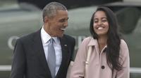 Barack Obama et sa fille Malia sur le point d'embarquer dans l'Air Force One, le 7 avril 2016.
