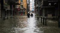 Des secours philippins se frayent un chemin dans les inondations pendant une opération de sauvetage, le 16 septembre 2018, à Macau, frappé par le super typhon Mangkhut.