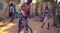 La scène se déroule sur la place d'un village au Tchad.