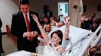 Couchée dans un lit d'hôpital, Heather portait une perruque et une robe de mariée pour l'occasion.