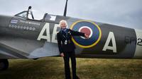 Mary Ellis pose devant un avion de la deuxième guerre mondiale, en 2015.