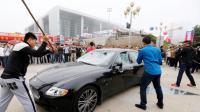 Mécontent du SAV de Maserati, il détruit sa voiture en direct