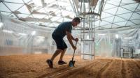Matt Damon cultive des pommes de terre martiennes dans le film Seul sur Mars, de Ridley Scott.
