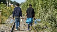 Deux migrants à Calais, au début du mois d'août.