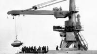 La gabarre «Commandant Robert-Giraud» procède à la mise à l'eau de la soucoupe plongeante du Commandant Jacques-Yves Cousteau, le 31 janvier 1968 au large du Cap Cépet, près de Toulon, en vue de rechercher le sous-marin français le Minerve.