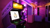 Le bar propose des jeux d'arcade comme Street Fighter.