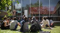 Des étudiants opposés à la réforme de l'université, sur le campus de Nanterre, le 18 avril.