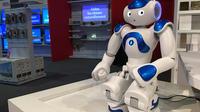 Nao, le petit robot, joue les conseillers pour les clients chez Darty.