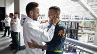 Blessé, Neymar est venu saluer ses coéquipiers de la sélection brésilienne, dont son ami Dani Alves.
