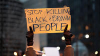 A l'occasion du 50e anniversaire de la mort de Martin Luther King Jr. et en solidarité avec la famille et les sympathisants de Stephon Clark et d'autres personnes tuées par la police, des manifestants défilent dans le quartier commerçant de Magnificent Mile, le 2 avril 2018 à Chicago, Illinois.
