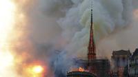 La flèche de la cathédrale s'est effondrée après avoir été ravagée par les flammes.
