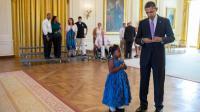 Barack Obama signe un mot d'excuse pour la petite Alanah Poullard le jeudi 19 septembre 2013 à la Maison Blanche (Pete De Souza / Photo officielle de la Maison Blanche)