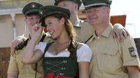 Une festivalière pause avec des policiers à l'Oktoberfest de Munich, en septembre 2011.
