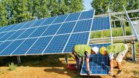 Des ouvriers installent un panneau solaire