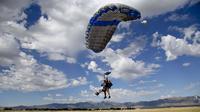 Quittée par son petit ami, Emma Vowell a trouvé un autre téméraire pour sauter avec elle en parachute.