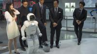 Le président américain Barack Obama a fait quelques passes de football avec un petit robot humanoïde japonais, Asimo, jeudi 23 avril 2014 à Tokyo au musée national des sciences et de l'innovation