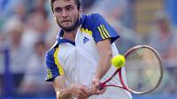 Gilles Simon s'est défait de son compatriote Lucas Pouille pour se hisser au 2e tour de Roland-Garros.